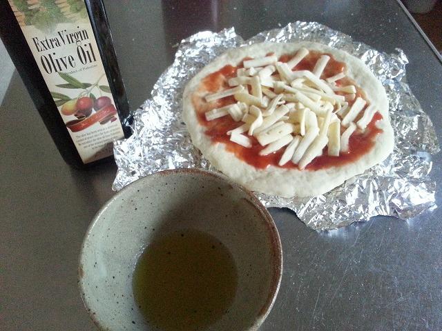 ピザとオリーブオイルの画像