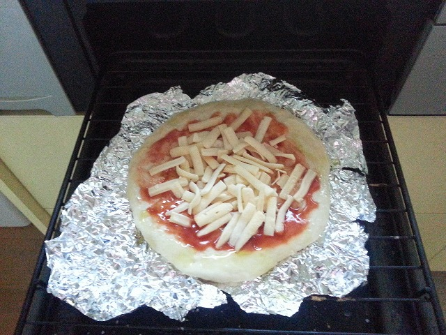 魚焼きグリルにピザを入れた画像