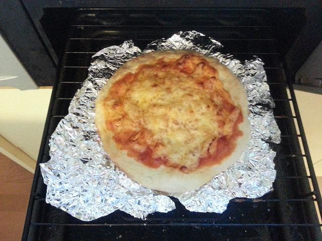 魚焼きグリルの中に焼きあがったピザが入っている画像